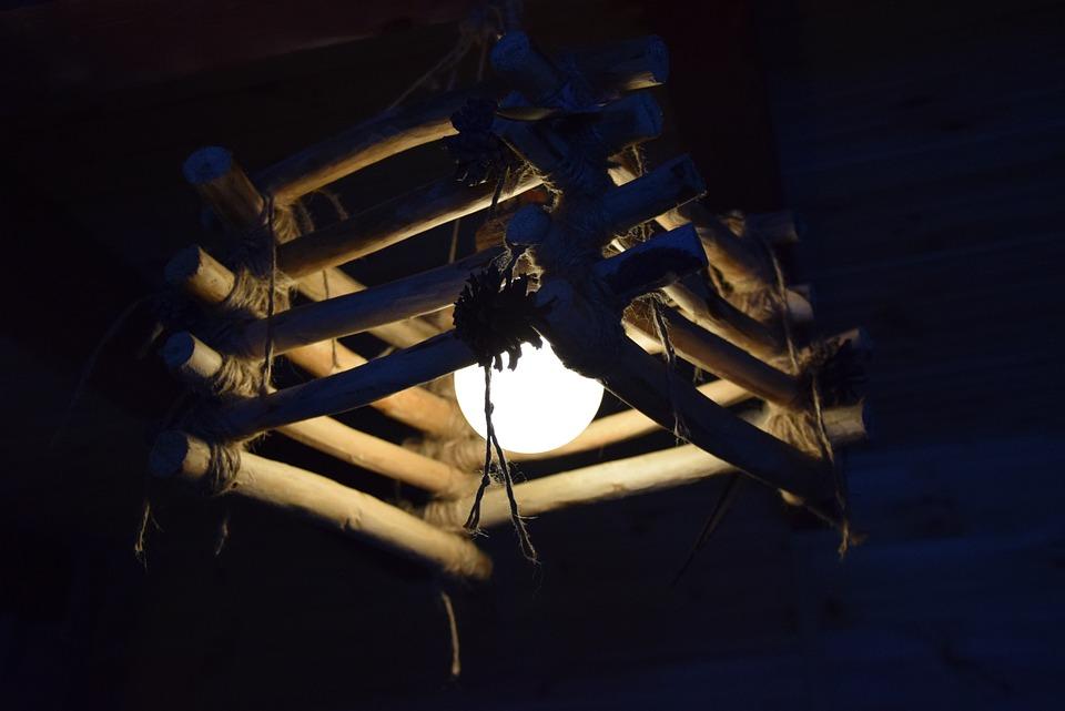 מנורות מעוטרות בעץ